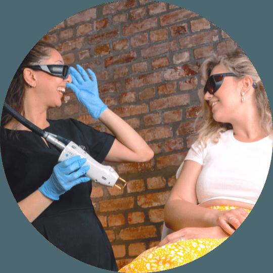 Kosmetisk sykepleier er i ferd med å behandle kvinne med Gentle Max Pro hårfjerningslaser ved Remove Hudklinikk.