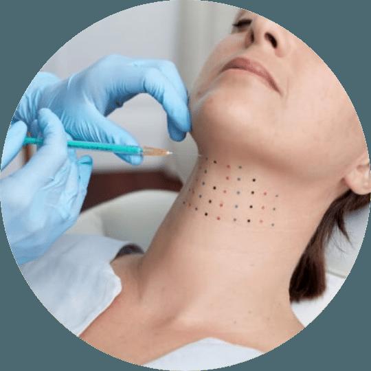 Ung kvinne injiseres med en Belkyra injeksjon under behandling.
