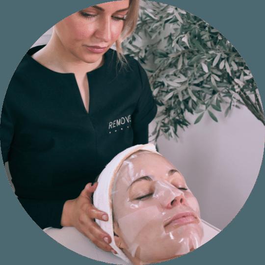 En hudsykepleier behandler en ung kvinne med Dermapen Microneedling ved Remove Hudklinikk.