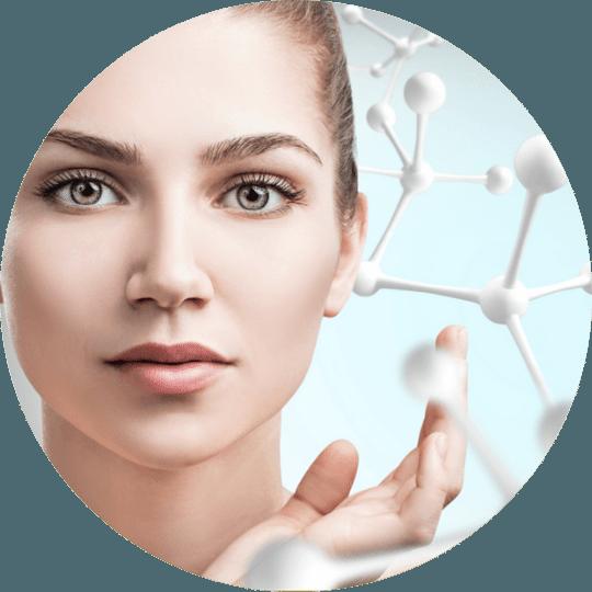 Ei dame med myk, vital hud og illustrasjoner av molekyler for å symbolisere at Skinbooster behandlingen foregår på cellenivå.